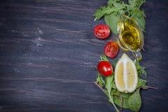 Φρέσκες ντομάτες κερασιών, φέτες του ελαιολάδου λεμονιών, μαρουλιού και Στοκ Εικόνες