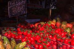 Φρέσκες ντομάτες σε μια αγορά αγροτών σε Ventimiglia Ιταλία στοκ εικόνα