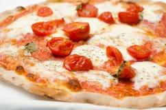 Φρέσκες ντομάτες στην πίτσα Στοκ Φωτογραφία
