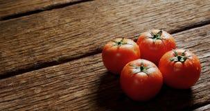 Φρέσκες ντομάτες στον ξύλινο πίνακα 4k απόθεμα βίντεο
