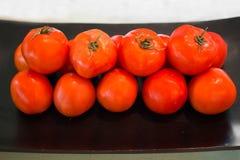Φρέσκες ντομάτες στο μαύρο πιάτο Στοκ φωτογραφία με δικαίωμα ελεύθερης χρήσης
