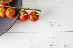 Φρέσκες ντομάτες στο μαύρο πιάτο Στοκ εικόνα με δικαίωμα ελεύθερης χρήσης