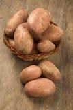 Φρέσκες πατάτες στο αγροτικό ξύλινο υπόβαθρο Στοκ εικόνα με δικαίωμα ελεύθερης χρήσης