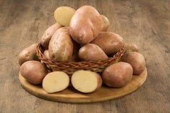 Φρέσκες πατάτες στο αγροτικό ξύλινο υπόβαθρο Στοκ εικόνες με δικαίωμα ελεύθερης χρήσης