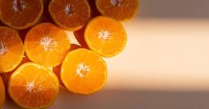 Φρέσκες πορτοκαλιές φέτες τοπ άποψης στο υπόβαθρο κρέμας διάστημα αντιγράφων Γ στοκ φωτογραφία
