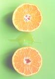 Φρέσκες πορτοκαλιές φέτες πέρα από το πράσινο υπόβαθρο Εκλεκτής ποιότητας τόνος Στοκ Εικόνες