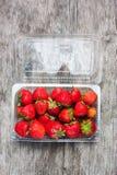 φρέσκες πλαστικές φράουλες κιβωτίων Στοκ Εικόνες
