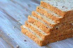 Φρέσκες τεμαχισμένες φέτες ψωμιού σε μια μορφή της περίπτωσης σκαλοπατιών Στοκ Εικόνες