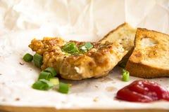 Φρέσκες τηγανισμένες μπριζόλες χοιρινού κρέατος που ψεκάζονται με τα πράσινα κρεμμύδια και το κέτσαπ Στοκ Φωτογραφία