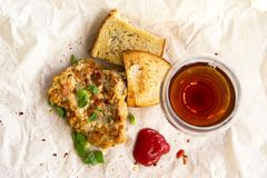 Φρέσκες τηγανισμένες μπριζόλες χοιρινού κρέατος που ψεκάζονται με τα πράσινα κρεμμύδια και το κέτσαπ Στοκ φωτογραφίες με δικαίωμα ελεύθερης χρήσης