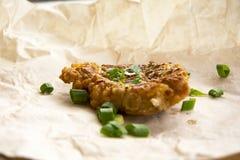 Φρέσκες τηγανισμένες μπριζόλες χοιρινού κρέατος που ψεκάζονται με τα πράσινα κρεμμύδια και το κέτσαπ Στοκ Εικόνα