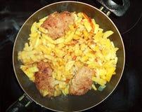 Φρέσκες τηγανισμένες πατάτες με patties κρέατος στοκ φωτογραφία με δικαίωμα ελεύθερης χρήσης