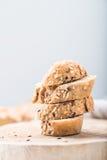 Φρέσκες, υγιείς ολόκληρες baguette και φέτες σίκαλης σιταριού στο ύφασμα Στοκ φωτογραφία με δικαίωμα ελεύθερης χρήσης