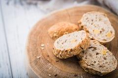 Φρέσκες, υγιείς ολόκληρες baguette και φέτες σίκαλης σιταριού στο ύφασμα Στοκ εικόνες με δικαίωμα ελεύθερης χρήσης
