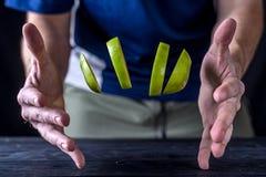 Φρέσκες φέτες μετεωρισμού ενός πράσινου μήλου, πέρα από έναν ξύλινο πίνακα Στοκ φωτογραφία με δικαίωμα ελεύθερης χρήσης