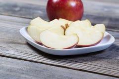 Φρέσκες φέτες της Apple στο πιάτο Στοκ φωτογραφία με δικαίωμα ελεύθερης χρήσης