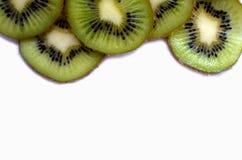 φρέσκες φέτες των φρούτων ακτινίδιων ως διακοσμητικό πλαίσιο που απομονώνεται στο άσπρο υπόβαθρο Στοκ φωτογραφία με δικαίωμα ελεύθερης χρήσης