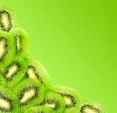 Φρέσκες φέτες φρούτων ακτινίδιων που απομονώνονται σε μια κλίση πράσινη Στοκ Φωτογραφίες