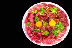 Φρέσκες φέτες χοιρινού κρέατος βόειου κρέατος Sukiyaki, λαχανικό, σύνολο γευμάτων που απομονώνεται στο μαύρο υπόβαθρο Στοκ Εικόνες