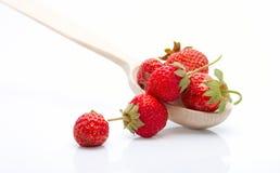 φρέσκες φράουλες κουταλιών σωρών ξύλινες Στοκ εικόνες με δικαίωμα ελεύθερης χρήσης