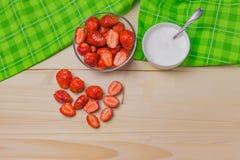 Φρέσκες φράουλες με τα κρεβάτια, φρούτα φραουλών, κρέμα Στοκ Φωτογραφίες