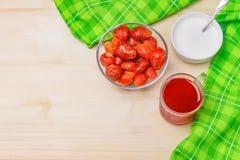 Φρέσκες φράουλες με τα κρεβάτια, φρούτα φραουλών, κρέμα Στοκ φωτογραφίες με δικαίωμα ελεύθερης χρήσης