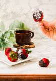 Φρέσκες φράουλες που βυθίζονται στις σκοτεινές νιφάδες ι σοκολάτας και καρύδων Στοκ εικόνες με δικαίωμα ελεύθερης χρήσης