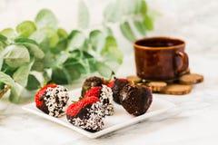 Φρέσκες φράουλες που βυθίζονται στις σκοτεινές νιφάδες W σοκολάτας και καρύδων Στοκ φωτογραφία με δικαίωμα ελεύθερης χρήσης