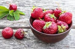 Φρέσκες φράουλες σε ένα κύπελλο σε έναν ξύλινο πίνακα στοκ φωτογραφία