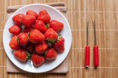 Φρέσκες φράουλες σε ένα κύπελλο στον ξύλινο πίνακα στοκ φωτογραφία με δικαίωμα ελεύθερης χρήσης