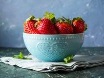 Φρέσκες φράουλες στο κύπελλο με την καρδιά Στοκ Εικόνες