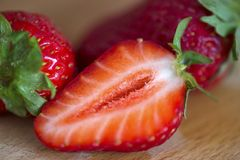 Φρέσκες φράουλες στο παλαιό ξύλινο υπόβαθρο στοκ φωτογραφίες με δικαίωμα ελεύθερης χρήσης