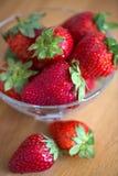 Φρέσκες φράουλες στο παλαιό ξύλινο υπόβαθρο στοκ εικόνες