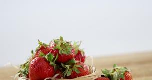 Φρέσκες φράουλες στο ψάθινο κύπελλο φιλμ μικρού μήκους