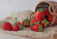 φρέσκες φράουλες καλαθιών στοκ εικόνες