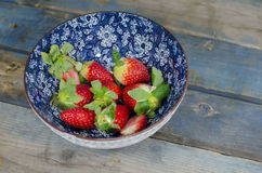 φρέσκες φράουλες κύπελ&la Στοκ εικόνα με δικαίωμα ελεύθερης χρήσης