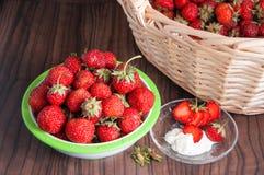 Φρέσκες φράουλες με ένα καλάθι στο ξύλινο υπόβαθρο Στοκ φωτογραφίες με δικαίωμα ελεύθερης χρήσης