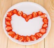 Φρέσκες φράουλες με μορφή της καρδιάς Στοκ εικόνα με δικαίωμα ελεύθερης χρήσης