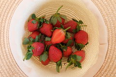 Φρέσκες φράουλες σε ένα καπέλο Στοκ εικόνες με δικαίωμα ελεύθερης χρήσης