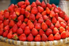 Φρέσκες φράουλες στην αγορά Στοκ Εικόνες