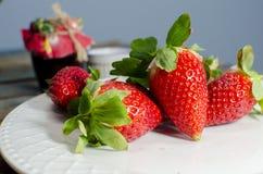 Φρέσκες φράουλες στο άσπρο πιάτο Στοκ Εικόνα
