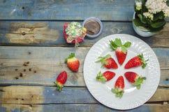 Φρέσκες φράουλες στο άσπρο πιάτο Στοκ Εικόνες