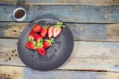Φρέσκες φράουλες στο μαύρο πιάτο Στοκ φωτογραφίες με δικαίωμα ελεύθερης χρήσης