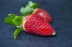 Φρέσκες φράουλες στο μαύρο πιάτο Στοκ φωτογραφία με δικαίωμα ελεύθερης χρήσης
