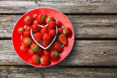 Φρέσκες φράουλες στο παλαιό ξύλινο υπόβαθρο, Στοκ Εικόνες