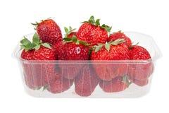 Φρέσκες φράουλες στο πλαστικό κιβώτιο, που απομονώνεται στοκ φωτογραφία