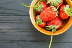 Φρέσκες φράουλες στο τόξο Στοκ εικόνα με δικαίωμα ελεύθερης χρήσης