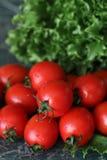 Φρέσκες φωτεινές και juicy ντομάτες στην κουζίνα Στοκ εικόνα με δικαίωμα ελεύθερης χρήσης