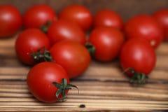 Φρέσκες φωτεινές και juicy ντομάτες στην κουζίνα Στοκ φωτογραφία με δικαίωμα ελεύθερης χρήσης