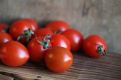 Φρέσκες φωτεινές και juicy ντομάτες στην κουζίνα Στοκ Εικόνα